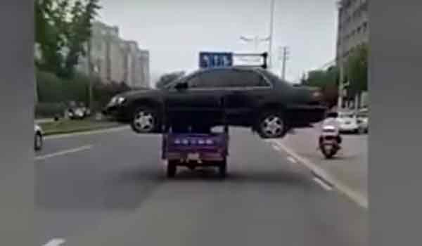 Φόρτωσε ολόκληρο αυτοκίνητο στο τρίκυκλο! Βίντεο