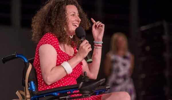 Κατερίνα Βρανά: Συγκίνηση στην πρώτη εμφάνισή της σκηνή με αναπηρικό αμαξίδιο