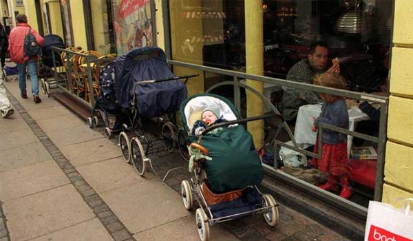 Γιατί οι γονείς των βόρειων χωρών αφήνουν τα καρότσια με τα μωρά έξω στο πολικό κρύο;