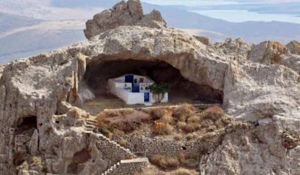 Μια από τις πιο όμορφες εκκλησίες της Ελλάδας: Χωρίς σκεπή και χτισμένη σε βράχο