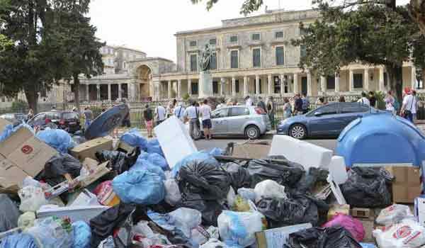 Βουνό τα σκουπίδια σε όλη την Κέρκυρα. Απελπιστική η κατάσταση