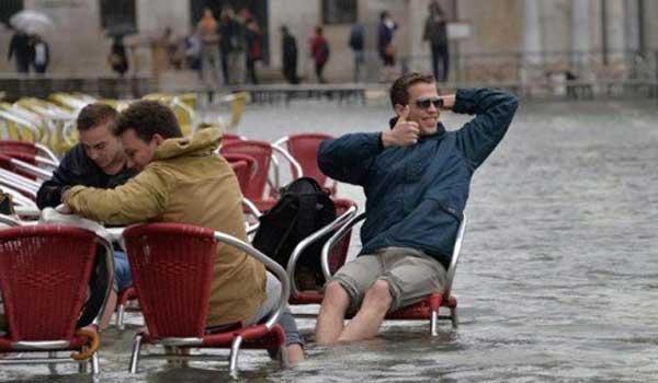 Η Βενετία πλημμύρισε αλλά οι πιτσαρίες σερβίρουν φορώντας αυτοσχέδιες γαλότσες!