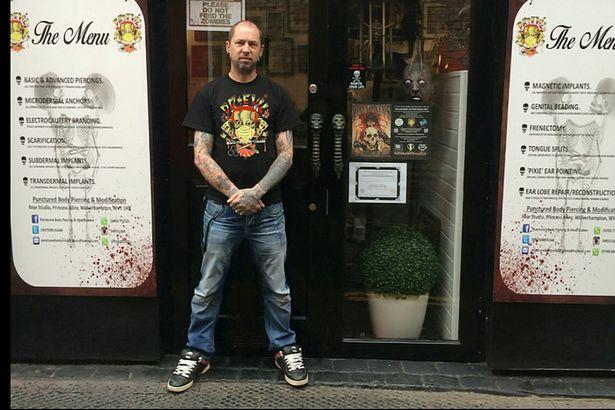 Βρετανός τατουατζής: Αφαίρεσα αυτί - Έκοψα στα δύο τη γλώσσα πελάτη