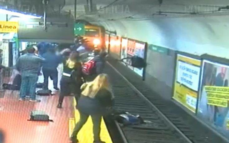 Η τρομακτική στιγμή που γυναίκα πέφτει στις γραμμές του μετρό και ο συρμός πλησιάζει