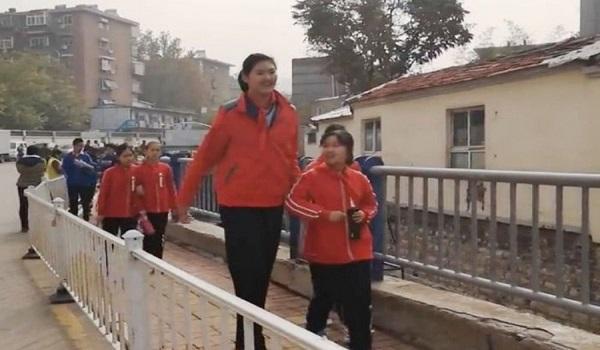 Η 11χρονη που έχει ύψος 2.10μ.