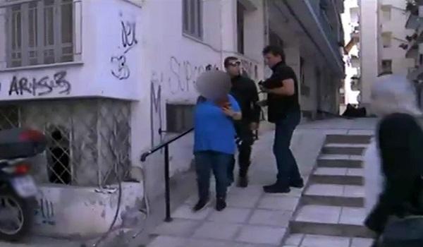 Αρνείται η 24χρονη να δει το μωρό της που εγκατέλειψε σε είσοδο πολυκατοικίας