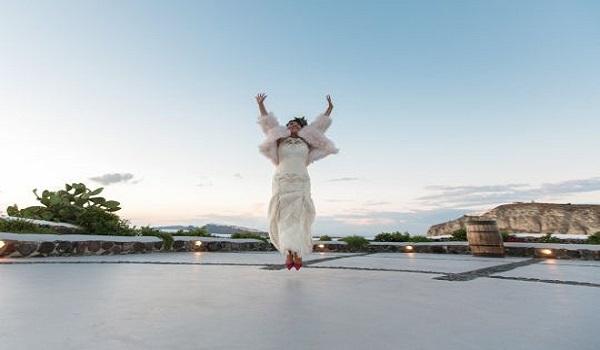 Γυναίκα παντρεύτηκε στη Σαντορίνη τον εαυτό της