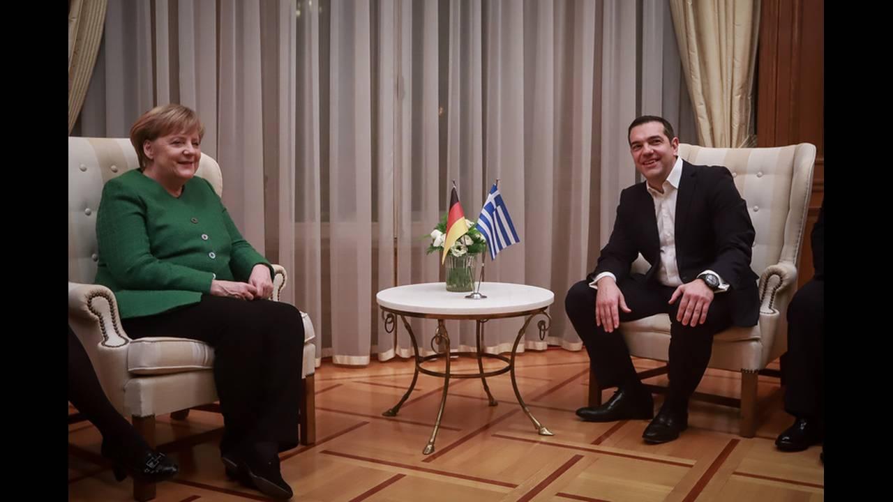 Η φωτογραφία από τη συνάντηση Τσίπρα – Μέρκελ που γκρέμισε το Ίντερνετ
