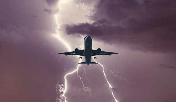 Αεροπλάνο με τελικό προορισμό την Θεσσαλονίκη χτυπήθηκε από κεραυνό