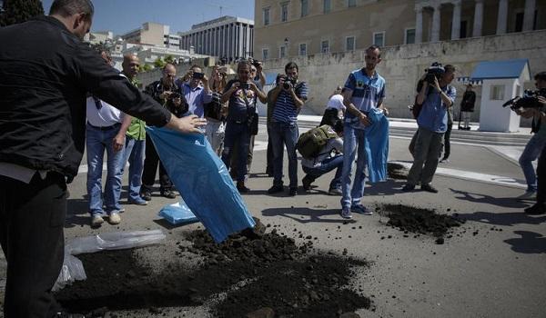Χάος στο κέντρο της Αθήνας από πορείες -  Πέταξαν λιγνίτη στη Βουλή