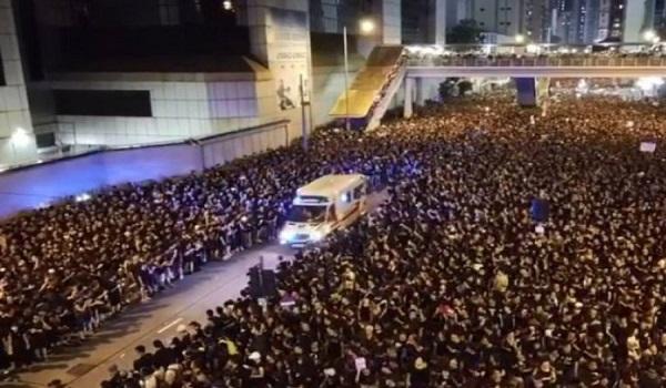 Χιλιάδες διαδηλωτές άνοιξαν δρόμο σε δευτερόλεπτα για ασθενοφόρο