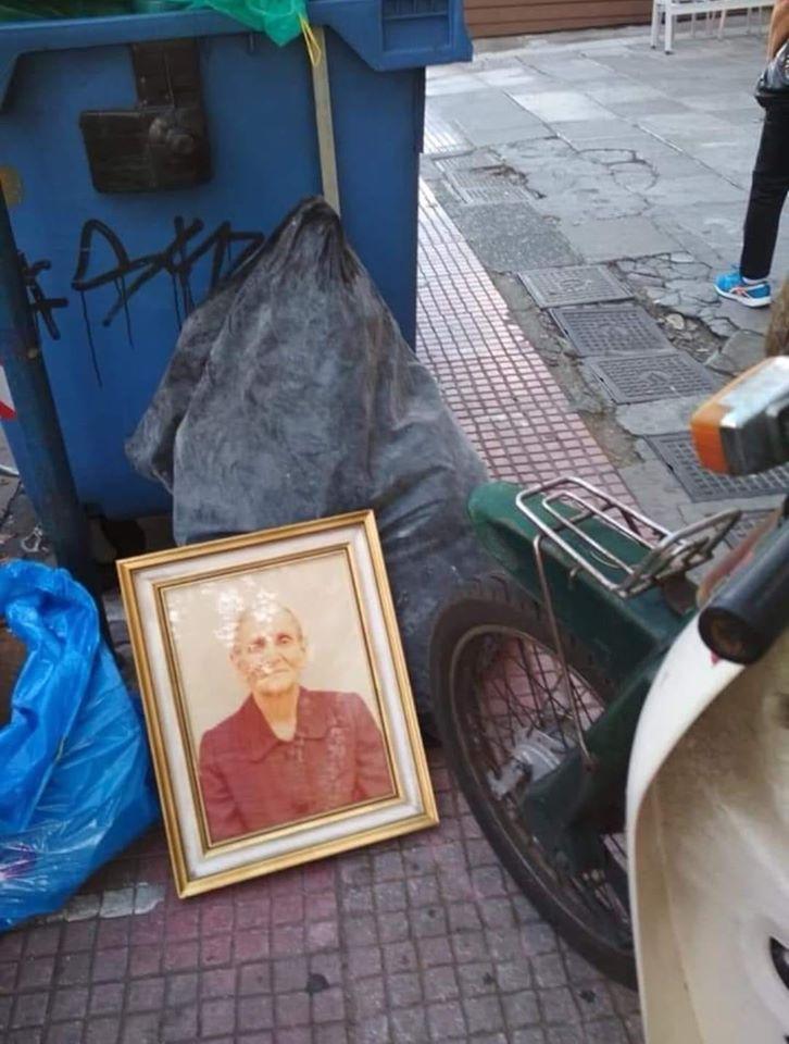 Η φωτογραφία μιας κυρίας στα σκουπίδια που έγιε viral
