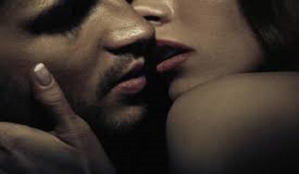 Οπαδός στην εξέδρα φιλάει την παράνομη σχέση και τον «τσακώνει» η κάμερα