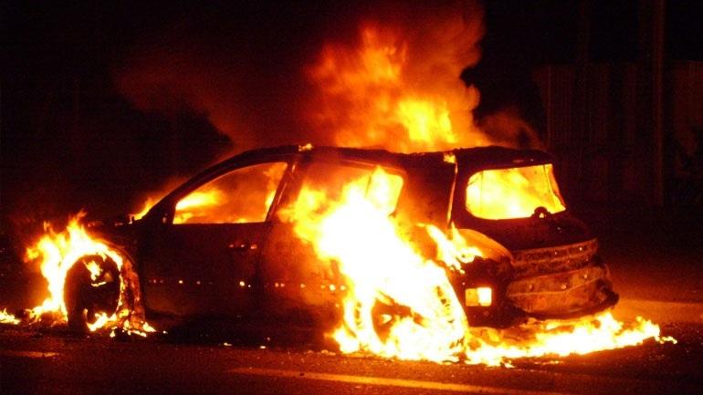 Εμπρησμοί αυτοκινήτων τα ξημερώματα σε Ασπρόπυργο και Άλιμο