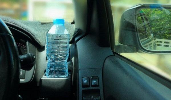 Γιατί δεν πρέπει να αφήνουμε πλαστικά μπουκάλια με νερό στο αυτοκίνητο;