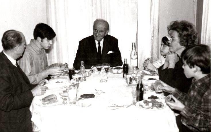 Γεώργιος, Ανδρέας, Γιώργος, Σοφία, Αντρίκος και Μαργαρίτα Παπανδρέου τρώνε πιτόγυρα