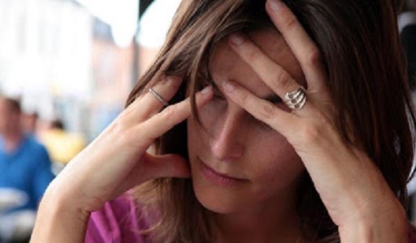 Αυτό ήταν το αηδιαστικό αίτιο που της προκαλούσε πονοκεφάλους
