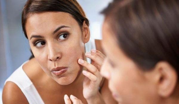 Τι συμβαίνει στο δέρμα σας όταν σπάτε τα σπυράκια
