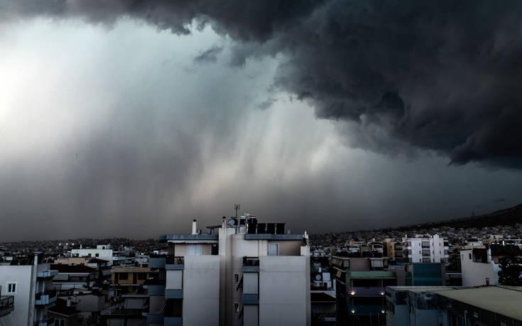 Συννεφιά, μπόρες και ζέστη: Ο Ιούνιος ξεκινά με παράξενο καιρό