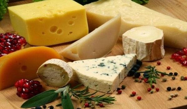 Δέσμευσαν σχεδόν 6 τόνους ακατάλληλα τυριά από ψυκτική αποθήκη του Πειραιά