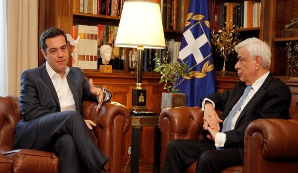 Στον Παυλόπουλο ο Τσίπρας χωρίς γραβάτα! Μίλησε για ιστορική η συμφωνία