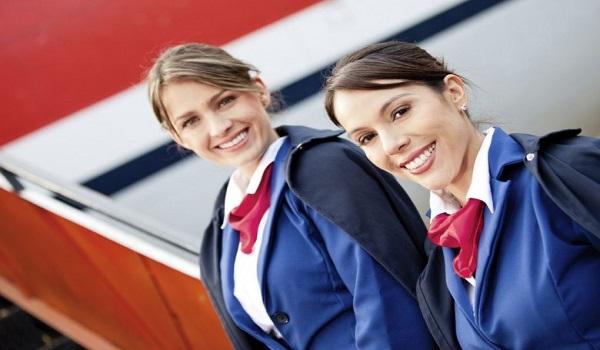 Γιατί οι αεροσυνοδοί έχουν το χέρι πίσω από την πλάτη;