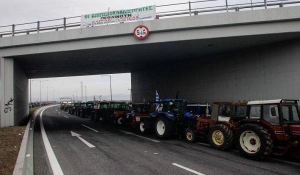 Κλιμακώνουν τις κινητοποιήσεις οι αγρότες, απέκλεισαν τον κόμβο του Πλατυκάμπου