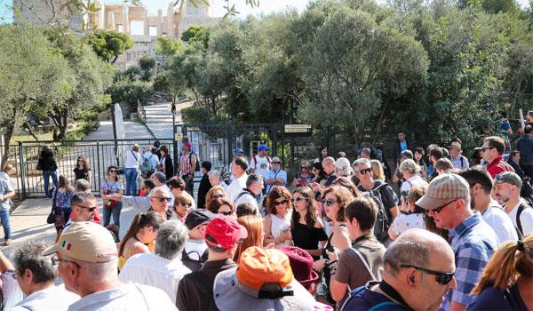 Εκατοντάδες τουρίστες έξω από κλειστούς αρχαιολογικούς χώρους λόγω απεργίας