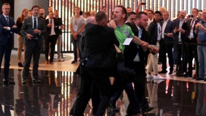 Ακτιβιστής επιχείρησε να πλησιάσει την Μέρκελ και τον πήραν σηκωτό