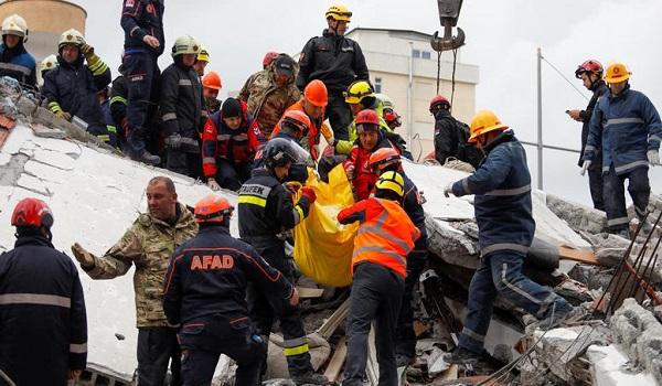 Αλβανία: Μάνα με δίδυμα και 2χρονο αγοράκι  ανασύρθηκαν αγκαλιασμένοι από τα συντρίμμια - Αυξάνονται οι νεκροί