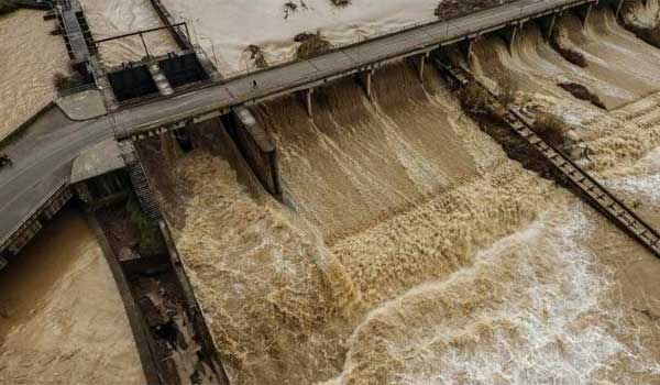 Στο έλεος της κακοκαιρίας η χώρα: Πλημμύρες, διακοπές στην κυκλοφορία και το ηλεκτρικό