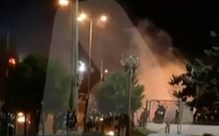 Βίντεο από τα επεισόδια στου Ρέντη: Μολότοφ, φωτοβολίδες και δακρυγόνα