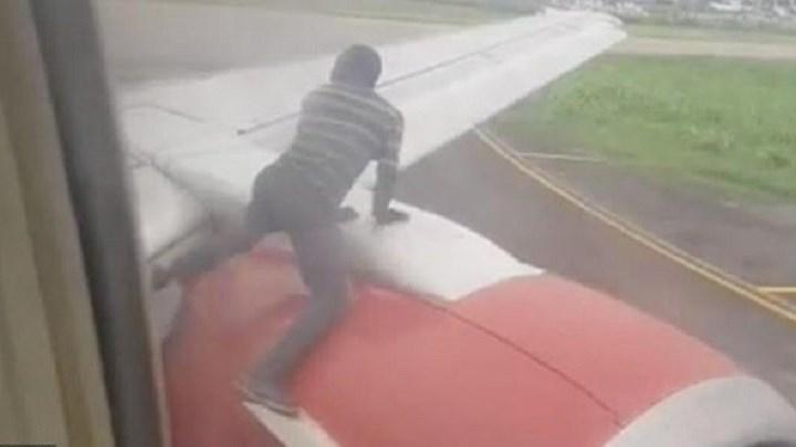 Βίντεο που κόβει την ανάσα: Άνδρας σκαρφαλώνει στο φτερό αεροσκάφους τη στιγμή της απογείωσης