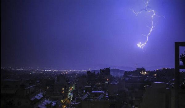 """Η κακοκαιρία Διδώ """"χτυπά"""" με ισχυρές καταιγίδες την Αθήνα - Μέχρι πότε θα συνεχιστούν"""