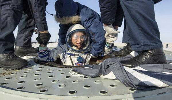 Η επιστροφή στη Γη της γυναίκας αστροναύτη που έσπασε ρεκόρ παραμονής στο διάστημα