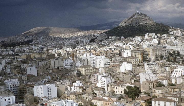 Airbnb: Τουριστική γκετοποίηση σε ολόκληρες περιοχές της Αθήνας