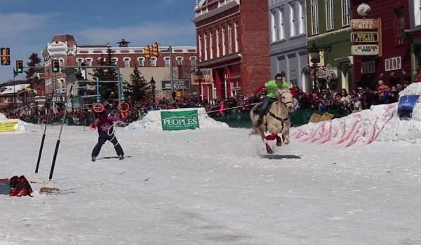 Skijoring: Αυτό είναι το πιο παράξενο άθλημα που έχετε δει ποτέ