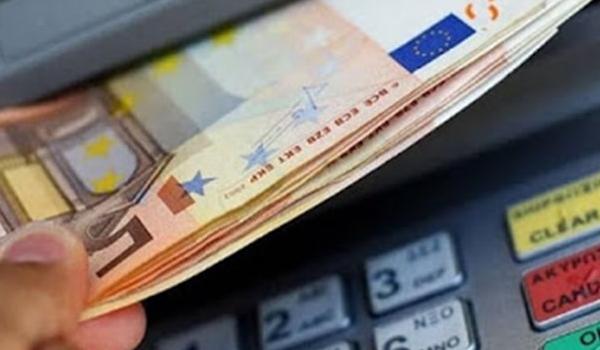 Έως και 3 ευρώ πιο ακριβές οι αναλήψεις από ΑΤΜ άλλων τραπεζών