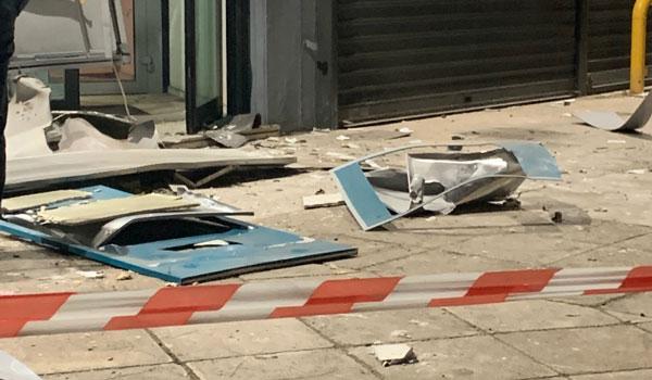 Ανατίναξαν ΑΤΜ στη Γλυφάδα - Χαρτονομίσματα σκορπίστηκαν στον δρόμο