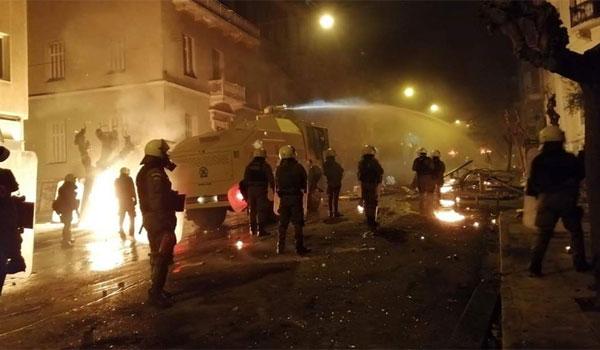 """Οι """"αύρες"""" της αστυνομίας στα Εξάρχεια για να σπάσουν τα οδοφράγματα"""