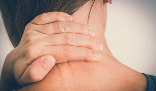 Ψύξη στον αυχένα: Πώς να απαλλαχθείτε άμεσα από τον πόνο