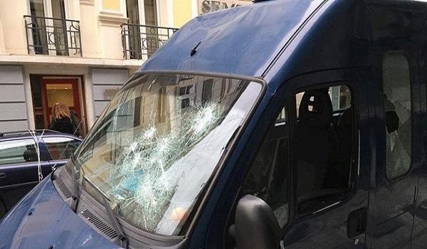 Έντεκα προσαγωγές από την επίθεση σε όχημα των ΜΑΤ