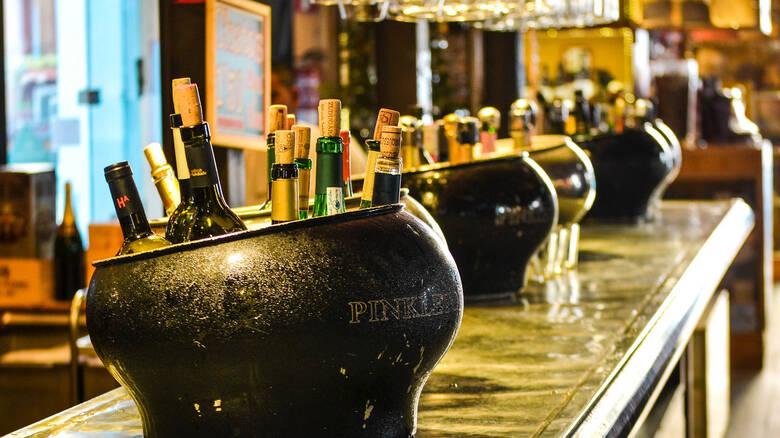 Τρίκαλα: Πελάτης ξυλοκόπησε σερβιτόρες επειδή έκλεινε το μπαρ