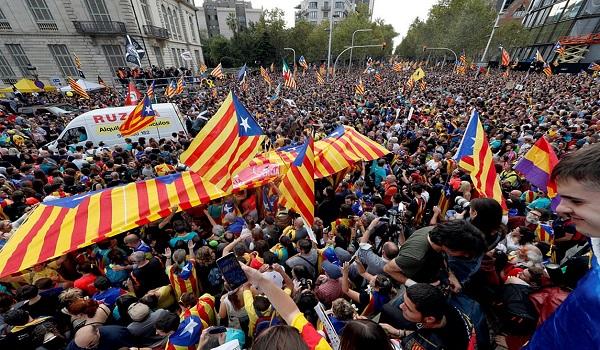 Χάος στη Βαρκελώνη: Η ισπανική πολιτοφυλακή απέναντι σε 500.000 διαδηλωτές