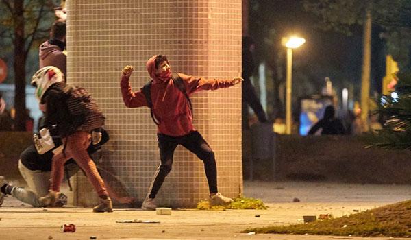 Άγρια νύχτα στη Βαρκελώνη: Οδοφράγματα, πλαστικές σφαίρες και δακρυγόνα
