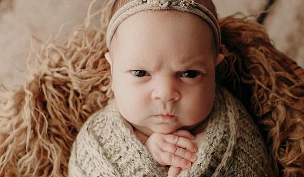 Το θυμωμένο μωρό, είναι η πιο viral φωτογραφία που θα δεις σήμερα