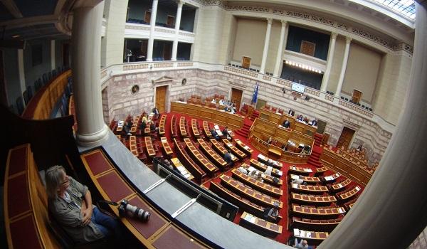 Ψηφίζεται η τροπολογία για την καταβολή των αναδρομικών σε ένστολους κ.ά. LIVE
