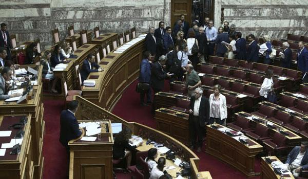 Χαμός στη Βουλή για τις τροπολογίες Βρούτση: Αποχώρησε η αντιπολίτευση - Πλαφόν σε όλες τις συντάξεις