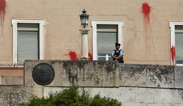 Επίθεση στη Βουλή: Ελεύθερο με εγγύηση 30.000 ευρώ στέλεχος του Ρουβίκωνα