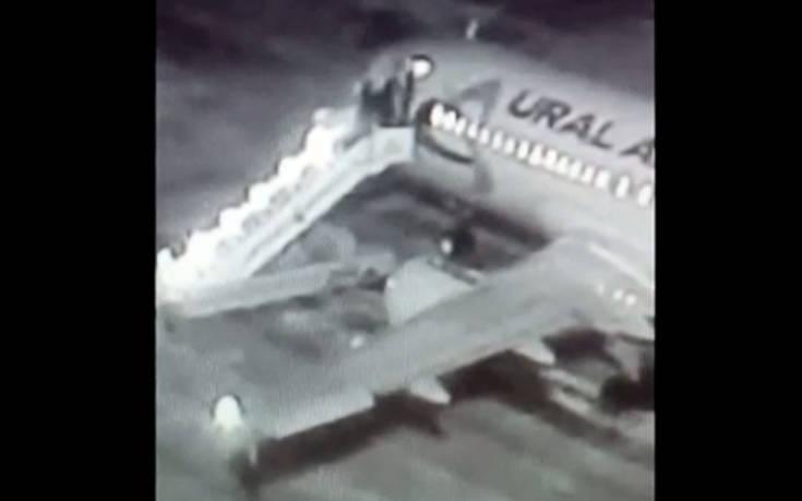 Η τρομακτική στιγμή που καταρρέει η σκάλα την ώρα που οι επιβάτες ανεβαίνουν σε αεροπλάνο. Βίντεο